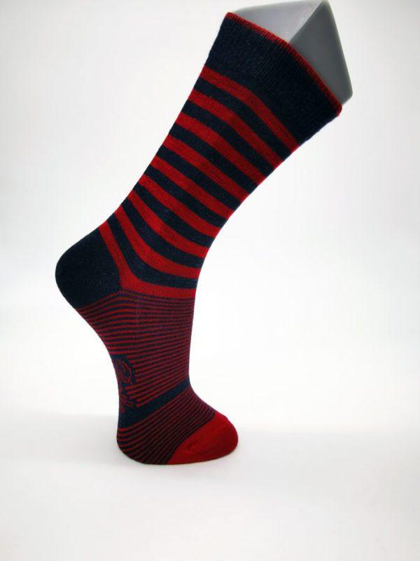 Chaussette-à-Rayures-asymétriques-rouge-et-marine-Berthe-aux-grands-pieds-Toulouse-(1)