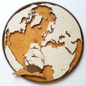 mappemonde en bois avec voilier