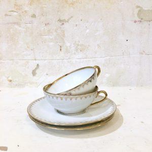 Duo de tasses et sous-tasses en porcelaine blanche et dorée